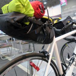 シートポストがあまり出ていなくても装着できるバッグです。