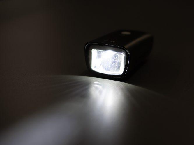 対向車が眩しくない新型レンズ採用ライト
